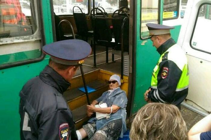 Вредная старушка из Новокузнецка на два часа остановила трамваи. Интересное, Новости, Новокузнецк, Старость, Россия, Вредность