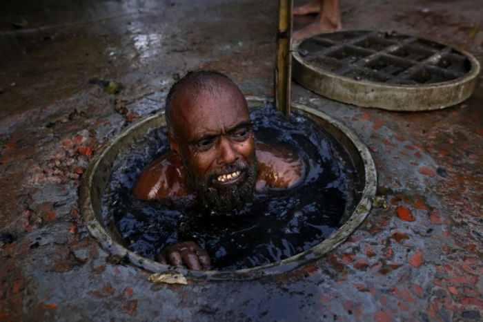 Худшая работа в мире: чистильщик канализации в Бангладеш Канализация, Стоки, Бангладеш, Длиннопост