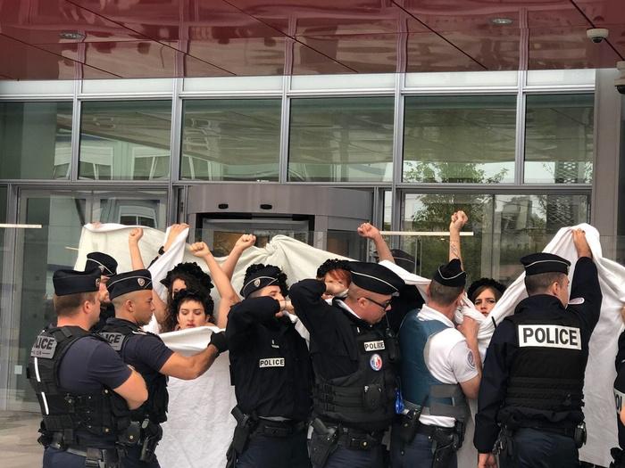 Кто-то остался верен принципам и встал на защиту ХудожнеГа Павленский, Франция, Femen, Протест, Новости, Liferu, Длиннопост, Политика