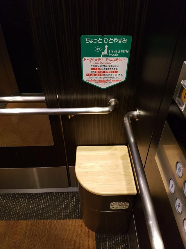 Стул влифте вЯпонии. Вслучае если лифт застрянет, имможно воспользоваться как туалетом