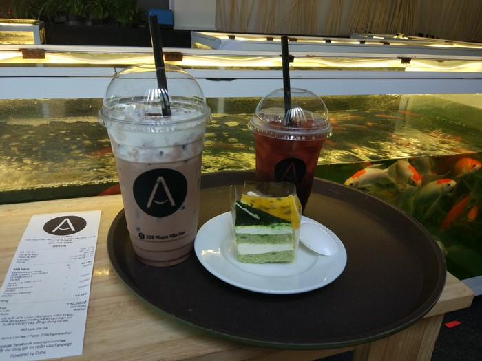 Кафе в Сайгоне с карпами кои на полу. Вьетнам, Кафе, Карпы кои, Длиннопост