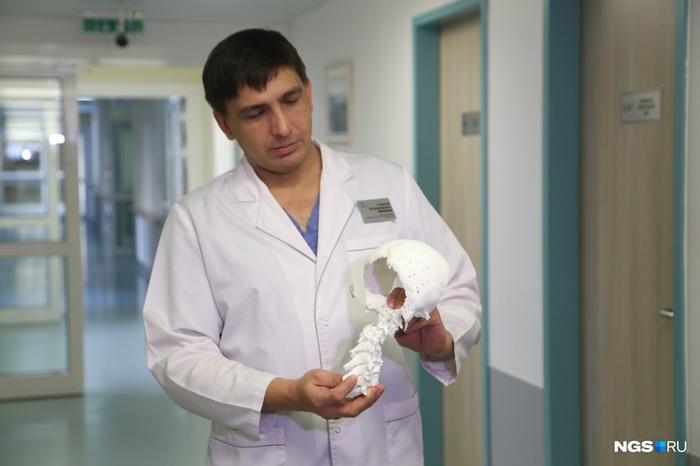 «Сначала ямочка на затылке, потом голова легла на плечо»: врачи спасли сибиряка с исчезающим черепом Новосибирск, Сибирь, Медицина, Нейрохирургия, Длиннопост