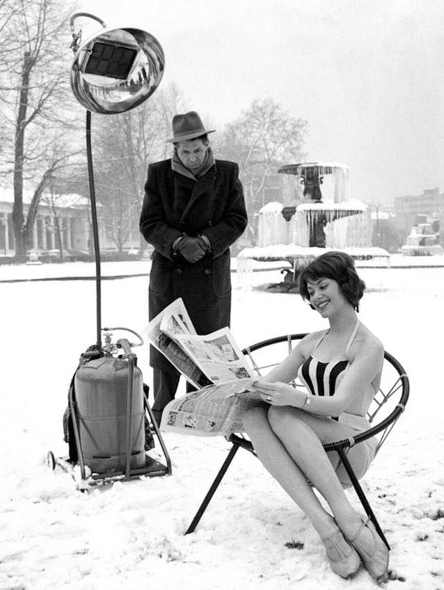 Немецкая девушка рекламирует обогреватель, Германия, 1960 год.