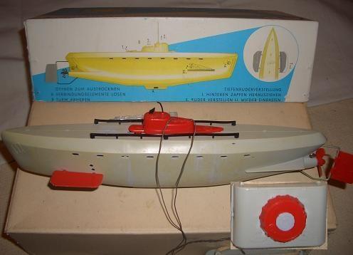 Игрушки с чердака моего дедушки. Дистанционно управляемый танк, и подводная лодка. Игрушки, Детство, Воспоминания, Ностальгия, СССР, Россия, Танки, Подводная лодка, Видео, Длиннопост