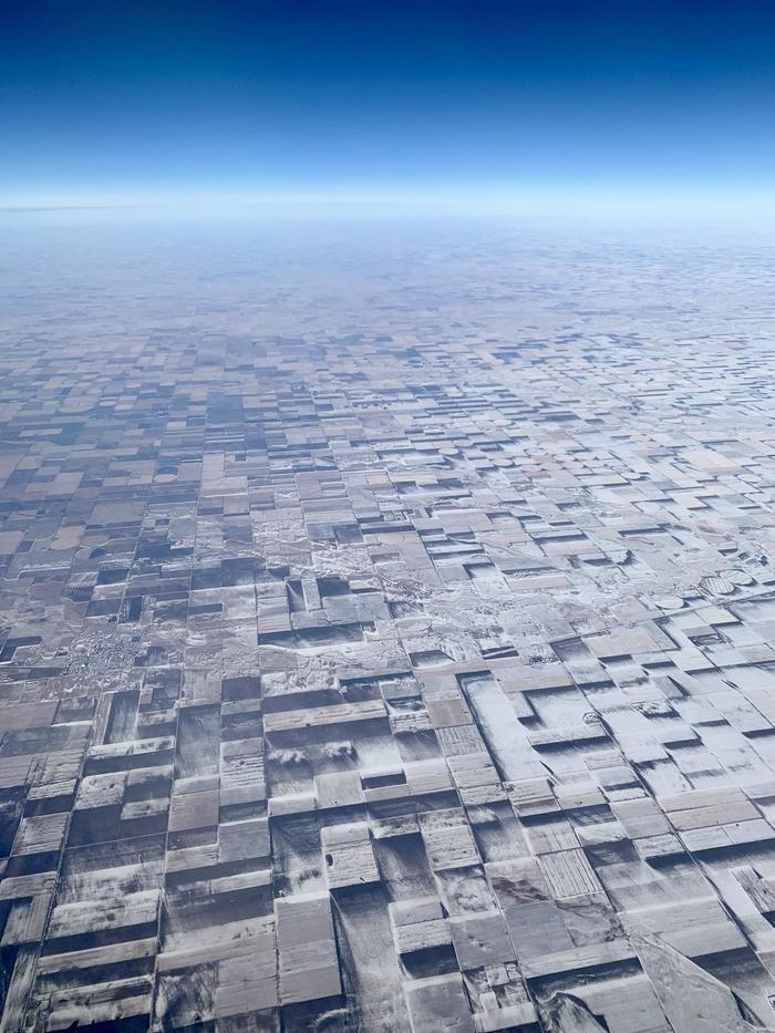 Эти плоские сельхозугодья в Восточном Колорадо с растаявшим снегом, создают трехмерную иллюзию