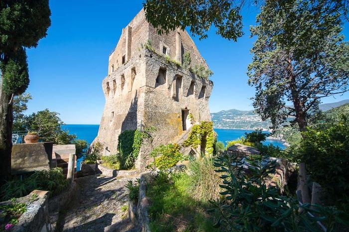 Отель в бывшем маяке в Майори, Италия Башня, Маяк, Италия, Отель, Длиннопост