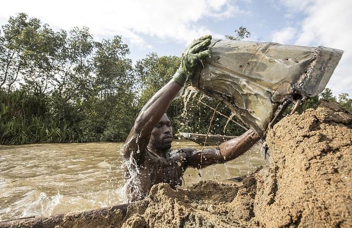 Мускулистые камерунцы ежедневно рискуют жизнью, чтобы достать песок со дна реки Работа, Фитнес, Фотография, Длиннопост, Труд