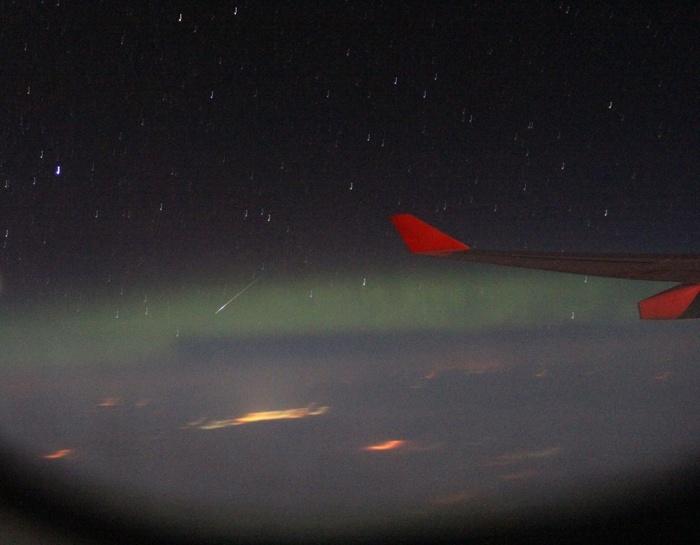 Метеор на фоне полярного сияния, через иллюминатор самолёта Метеор, Северное сияние, Самолет, Звёзды, Иллюминатор, Астрономия, ХМАО, Видео