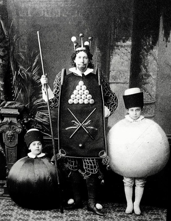 Маскарадный костюм «Бильярд». Российская империя, 1896 год.