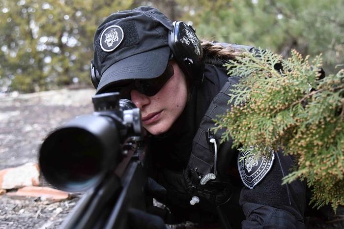 Первая девушка-снайпер в правоохранительных органах Северной Македонии Полиция, Рыжая девушка, Снайперская винтовка, Снайперы, Длиннопост