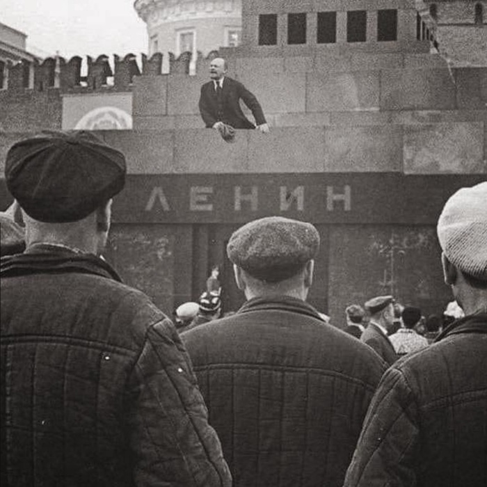 Выступление Ленина с Мавзолея во время празднования юбилея Великой Октябрьской революции, 1925.