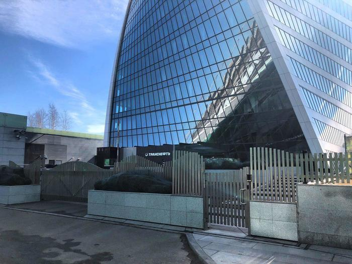 Транснефть купила самое красивое здание в Москва-Сити. И обнесла его вот таким забором.