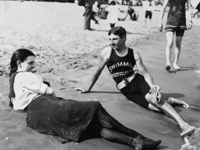 Никола Тесла учит девушку плавать. Нью-Йорк, 1900 год Никола Тесла, Плавание, Инструктор, Нью-Йорк, США