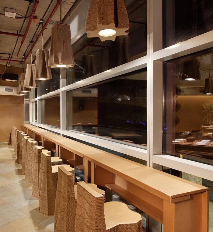 «Картонный Бомбей» – и это не шутка, ведь в кафе вся мебель и стены реально из картона