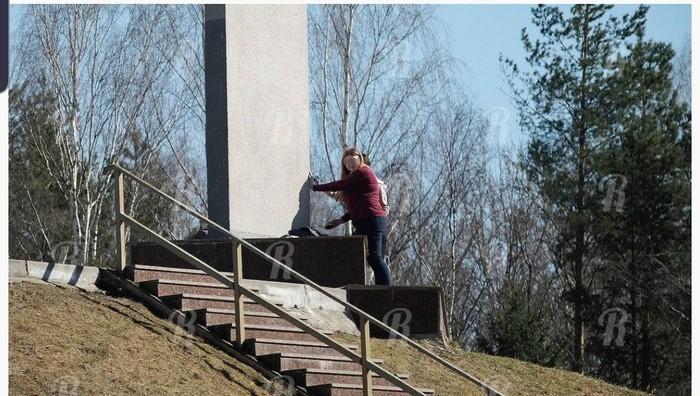 Малолетних вандалов заставили отмывать Курган Бессмертия Смоленск, Курган, Подростки, Вандализм, Пдн, Длиннопост