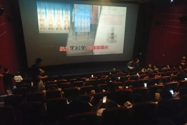 Хочу все знать #218. В Китае перед сеансами «Мстителей» показывают лица должников по кредитам Хочу все знать, Китай, Долг, Кинотеатр, Должник, Фотография