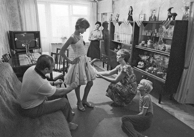 Примерка платья для бальных танцев в семейном кругу, Тернополь, 1983 год. Платье, Фотография, СССР, Черно-Белое фото, Тернополь