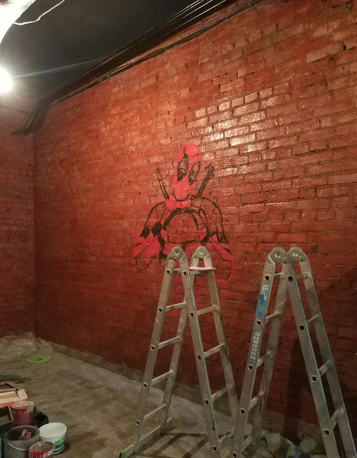 Чуть чуть креатива на скучной стене Арт, Стена, Креатив, Искусство, Художник, Дэдпул, Творчество, Рисунок, Длиннопост