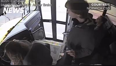 Водитель автобуса возможно спасает жизнь студентику
