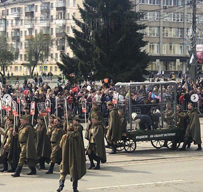 На параде в Нижнем Тагиле показали «фашиста» в клетке Перфоманс, 9 мая, Парад, Длиннопост