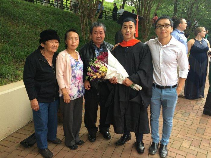 """""""Этот парень первый кто получил степень магистра в семье, его отец не может перестать плакать"""""""