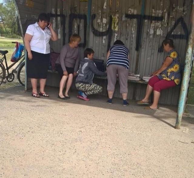 Почта России выдает письма прямо на автобусной остановке Почта России, Бардак, Mash