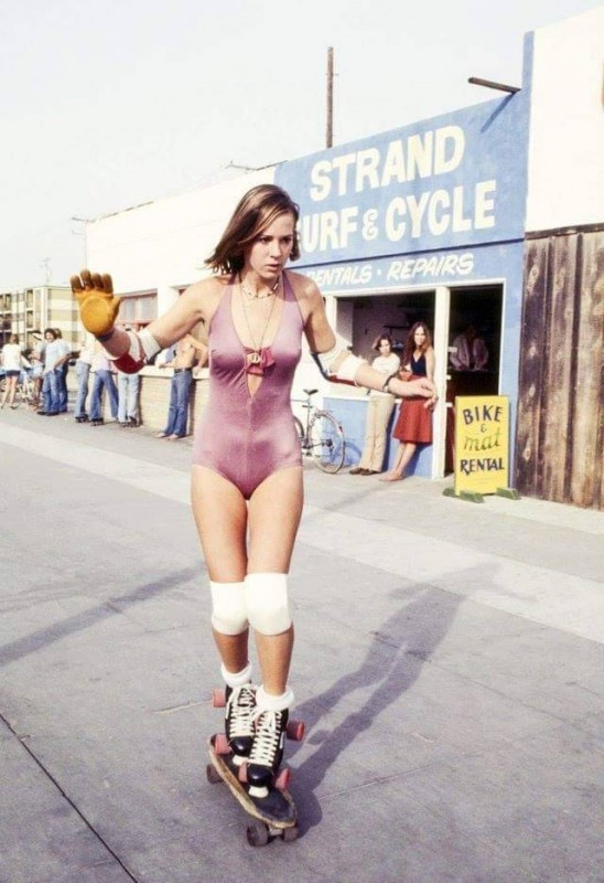 Девушка на роликах и скейте, 1970-е.