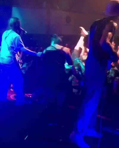 Вылезла на сцену и хотела сфоткаться с музыкантами, пока они играют