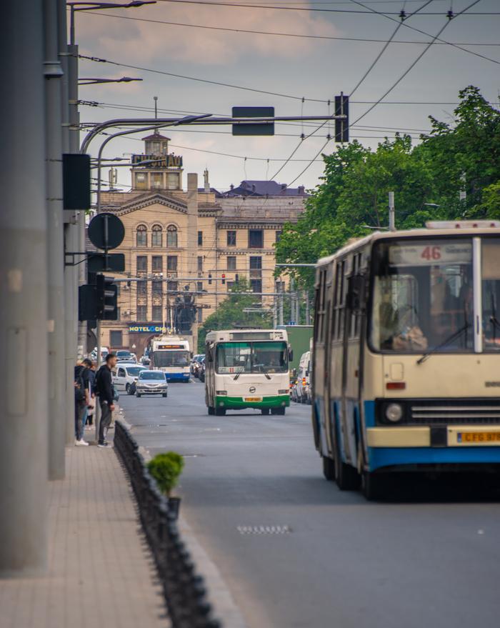 Кишинев, наши дни. Старый автобус, поновее и совсем новый