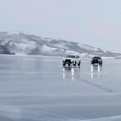 Две машины лавировали, лавировали да не вылавировали