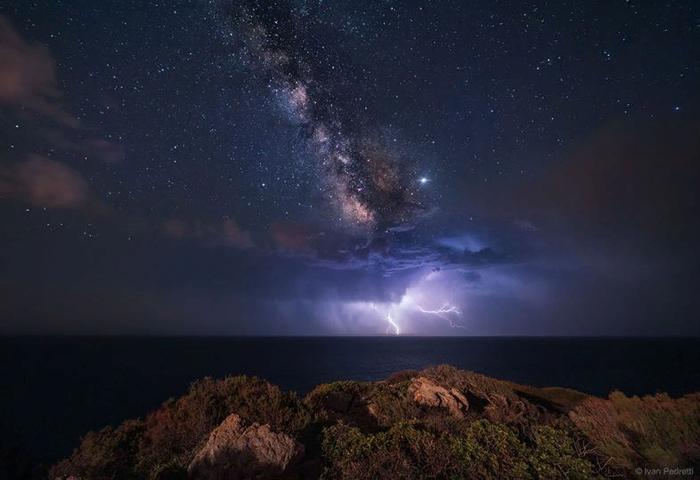 NASA опубликовало невероятное фото молнии под Млечным Путем Новости, Молния, Млечный Путь, Фотография, Текст