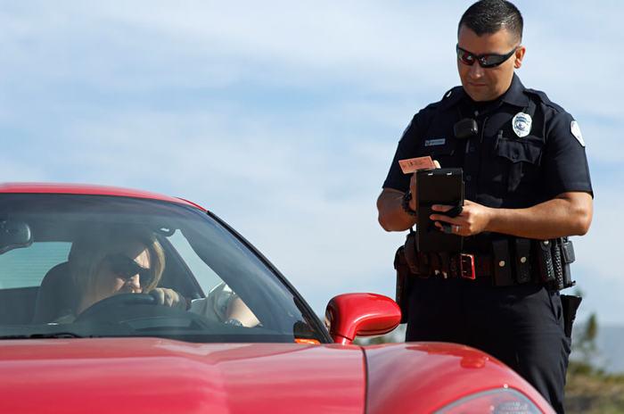 Для чего американские полицейские прикасаются к стоп-сигналам остановленной машины США, Полиция, Факты, Безопасность, Оружие