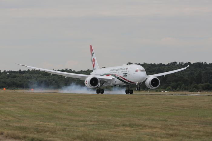 Боинг 787 Дримлайнер на авиашоу ,поразительнокороткая посадка