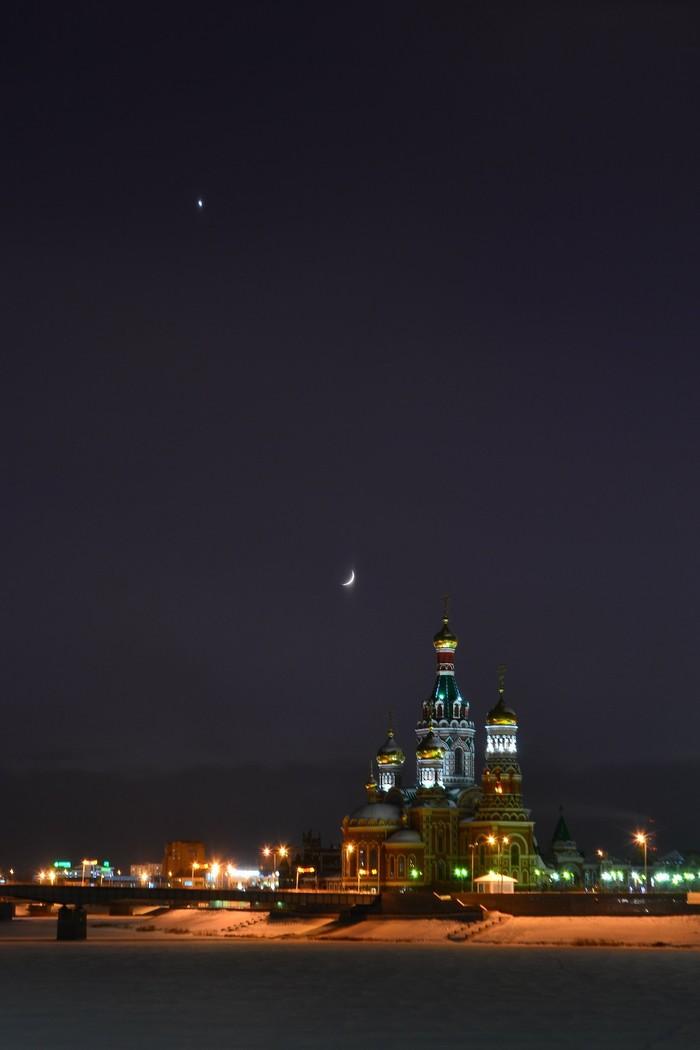 Венера и молодая Луна над Йошкар-Олой