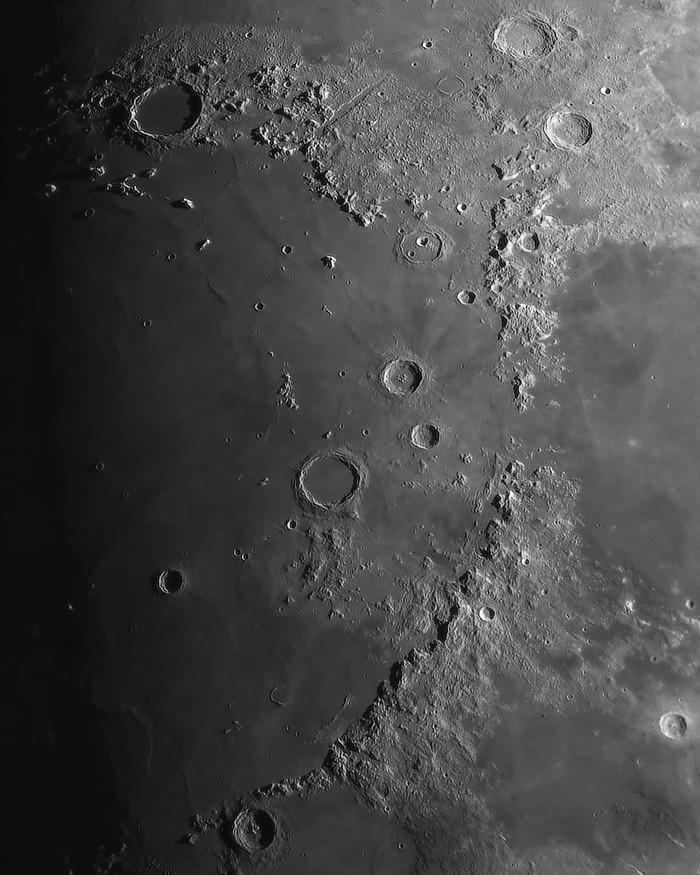 Такая близкая луна фотографа Игоря Рыбкина