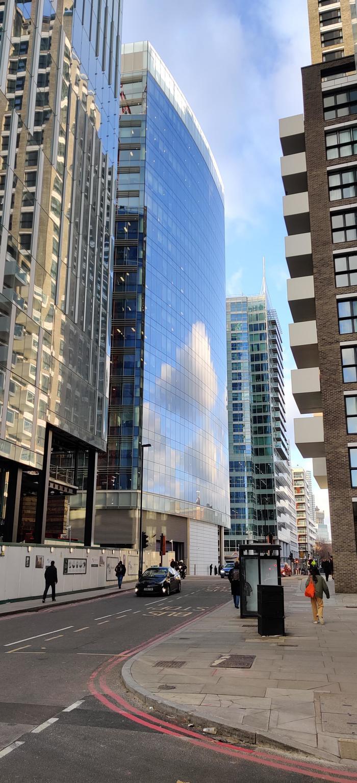 Отраженные облака на этом здании выглядят как пиксельная графика