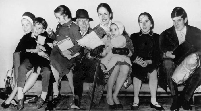 Семья. Слева направо: Джеральдина, Юджин, Виктория, Ч.Чаплин, Уна О'Нил, Анетт, Джозефина и Майкл.