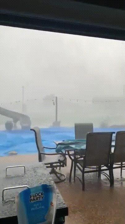 Выходить на улицу во время урагана было ОЧЕНЬ плохой идеей