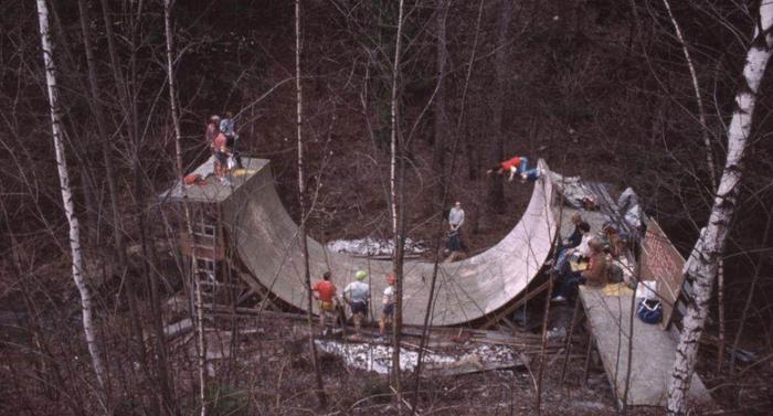 С 1978 по 1989 в Норвегии было запрещено владеть и пользоваться скейтбордами. На фото - нелегальный скейтпарк прямо посреди леса