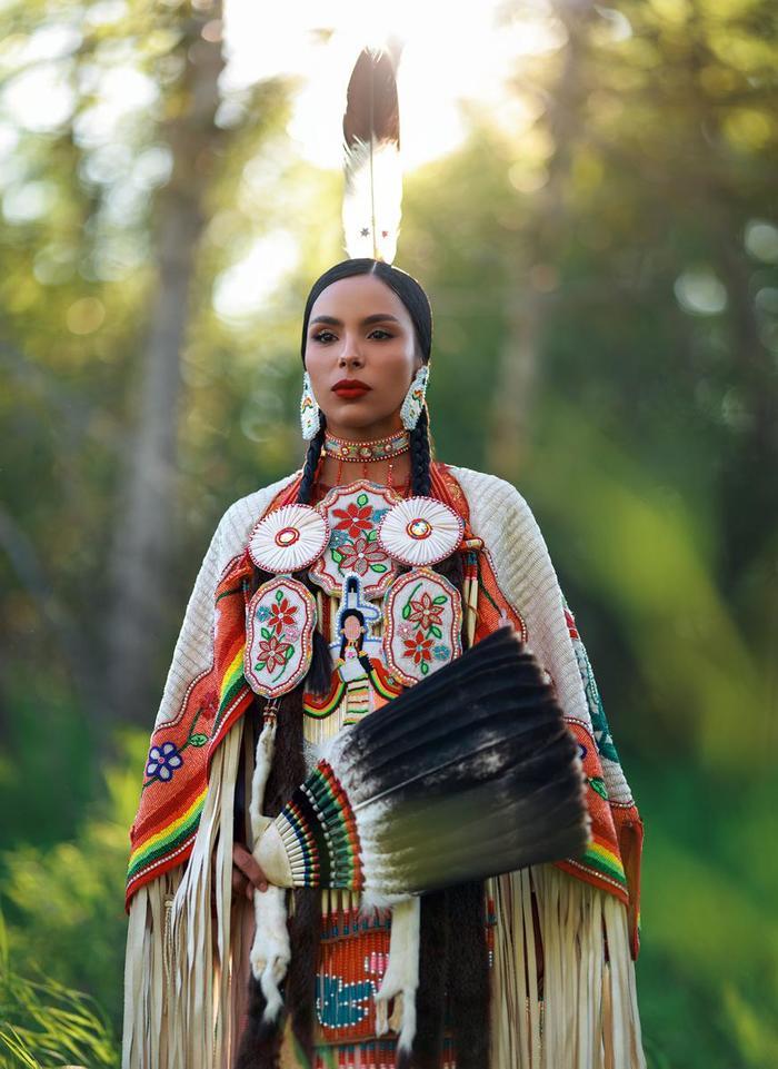 Никита, девушка одного из индейских племён Кри, в своём национальном наряде. Мусомин, Канада