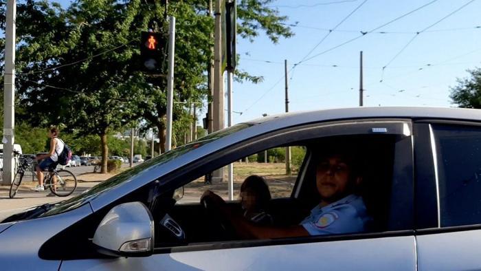 В Евпатории полицейский плюнул на автомобиль за замечание
