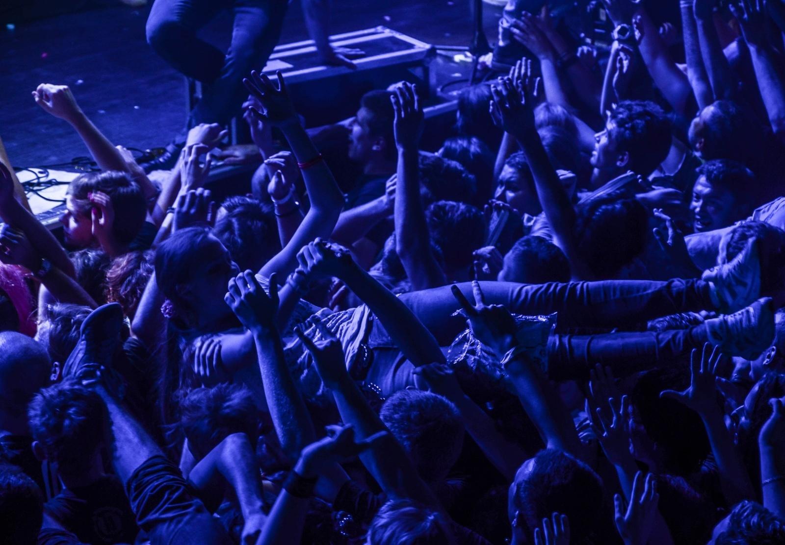 Порно порно в толпе на концерте длинном