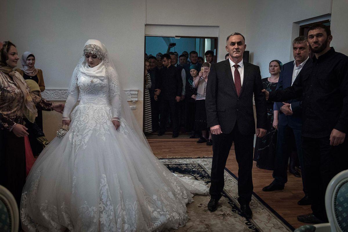 Жена танцевала на свадьбе так что задралась платье
