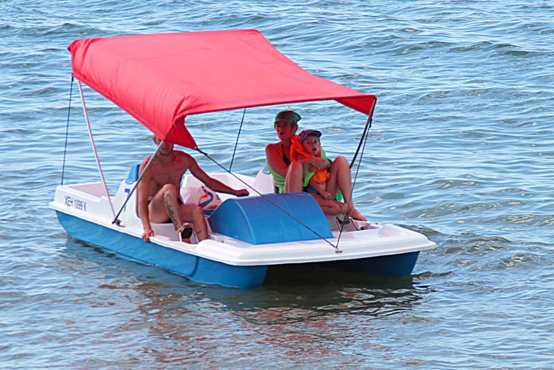 Два парня и блондинка на яхте а потом на берегу, порно зрілі мамочки