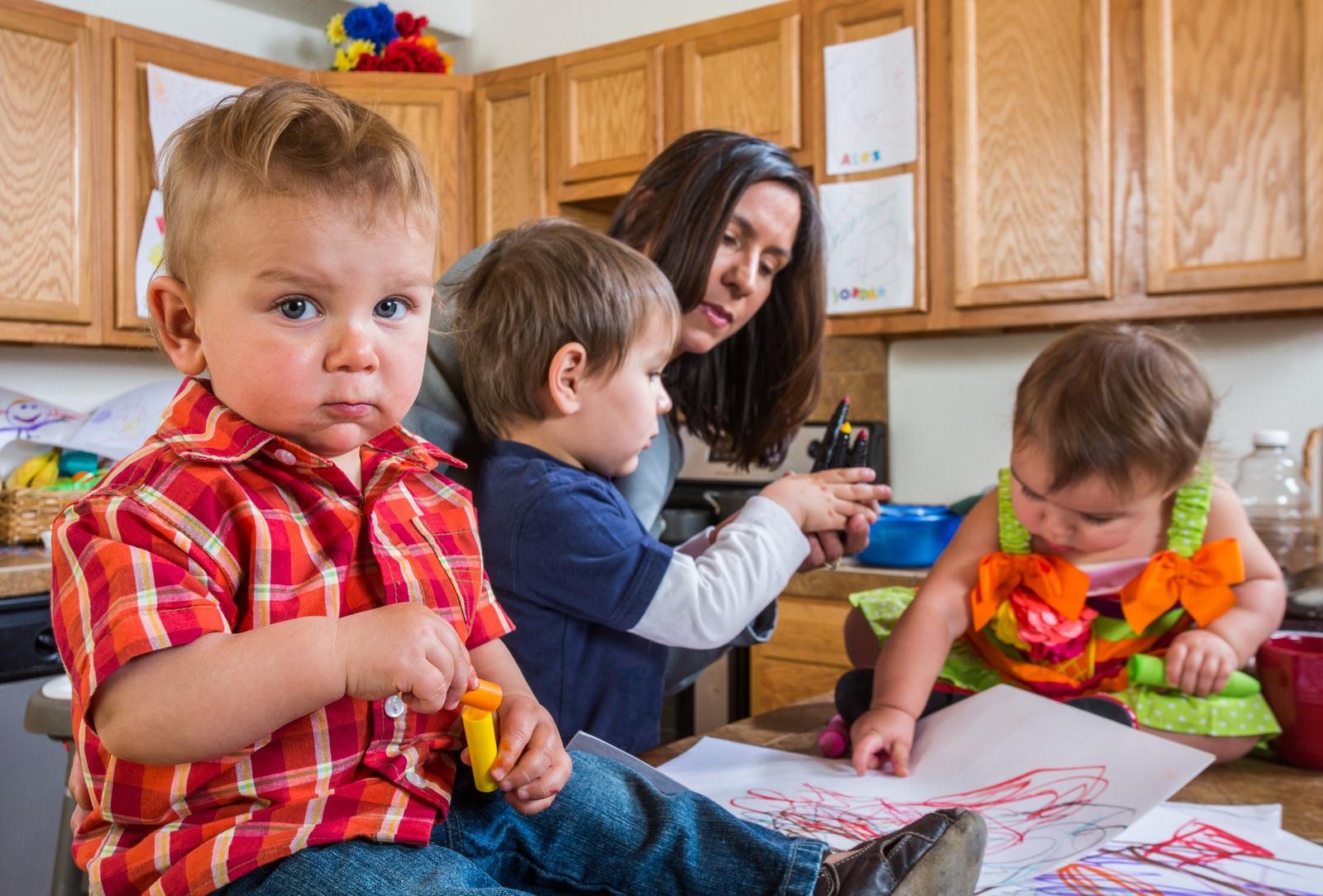 Картинки по запросу Воспитательница в детском саду помогала одному из детей надеть ботинки