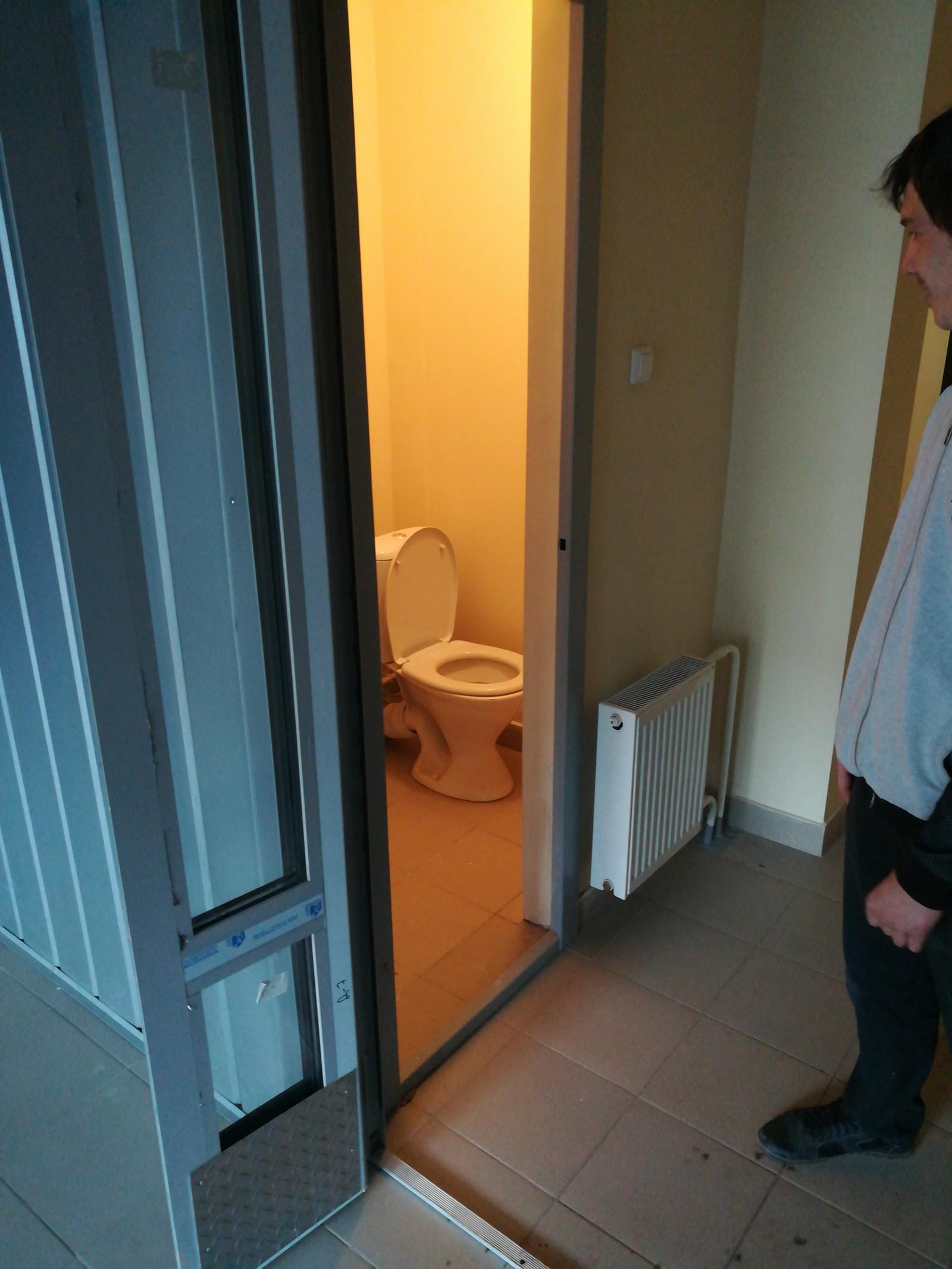 Кончил девочке в рот в туалете