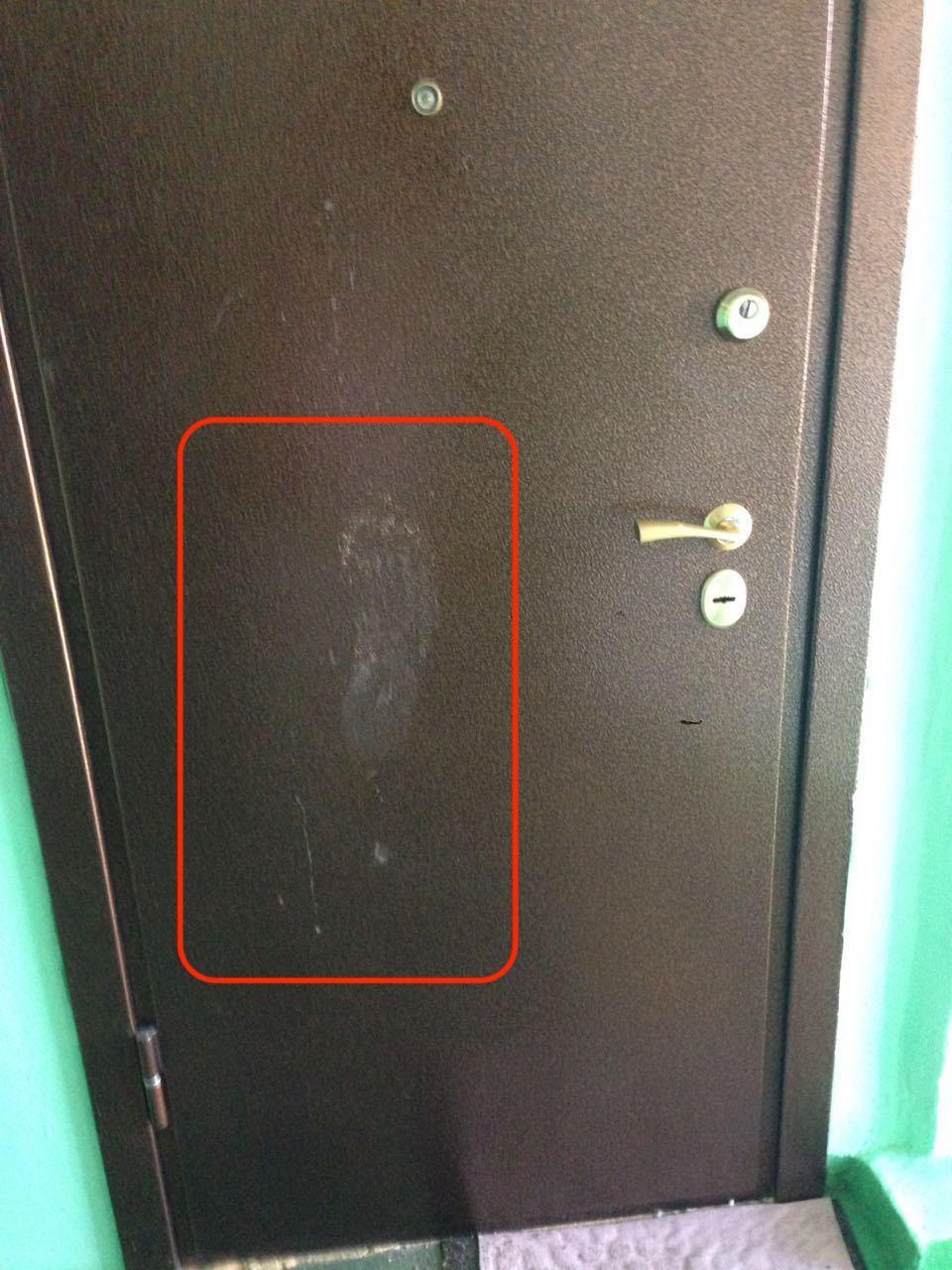 Скрытая видеокамера над дверью